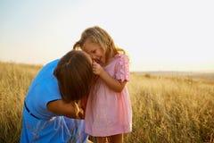 Mère et fille en nature au coucher du soleil Photo libre de droits