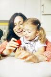 Mère et fille et oeuf de pâques de rouge Photo stock