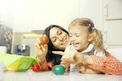 Mère et fille et oeufs de pâques Images stock