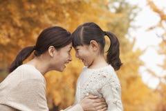 Mère et fille face à face Images stock
