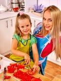 Mère et fille faisant cuire à la cuisine Images libres de droits