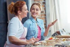 Mère et fille faisant des biscuits Image libre de droits