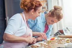 Mère et fille faisant des biscuits Photos libres de droits