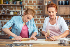 Mère et fille faisant des biscuits de pain d'épice Photo libre de droits