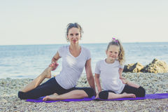 Mère et fille faisant des sports dehors Photographie stock