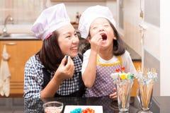 Mère et fille faisant la boule de gelée photographie stock