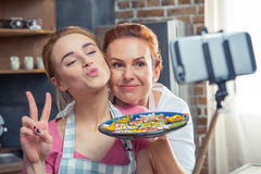 Mère et fille faisant le selfie Photo stock