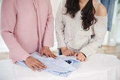 Mère et fille faisant les travaux domestiques photographie stock libre de droits