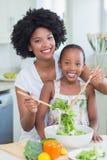 Mère et fille faisant une salade ensemble Photo libre de droits