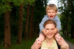 Mère et fille, fille au-dessus de la mère, souriant Images stock