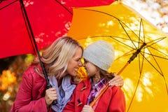 Mère et fille gaies avec le parapluie au parc Image libre de droits