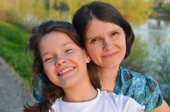 Mère et fille heureuses Photographie stock