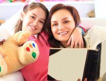 Mère et fille heureuses Photos stock