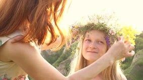 Mère et fille heureuses avec la guirlande de fleur clips vidéos