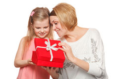 Mère et fille heureuses avec le boîte-cadeau, d'isolement sur le fond blanc images stock
