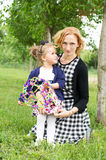 Mère et fille heureuses de pays photographie stock