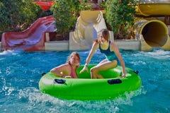 Mère et fille heureuses en Aqua Park Photographie stock libre de droits