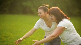 Mère et fille heureuses en parc Scène de nature de beauté avec le mode de vie extérieur de famille Famille heureuse se reposant e banque de vidéos