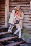 Mère et fille heureuses sur la promenade à la maison de campagne Photos stock