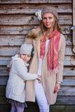 Mère et fille heureuses sur la promenade à la maison de campagne Image libre de droits
