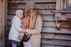 Mère et fille heureuses sur la promenade à la maison de campagne Images libres de droits