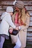 Mère et fille heureuses sur la promenade à la maison de campagne Image stock