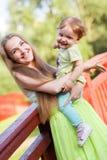 Mère et fille heureuses sur le pont en parc Images libres de droits