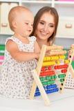 Mère et fille jouant à la maison Photographie stock libre de droits
