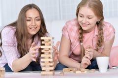 Mère et fille jouant avec les blocs en bois Photos libres de droits