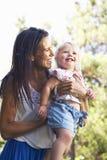 Mère et fille jouant dans le jardin Photos libres de droits