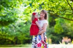 Mère et fille jouant en parc Photos stock