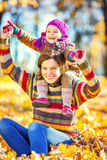 Mère et fille jouant en parc d'automne Images stock