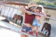 Mère et fille jouant ensemble dans le village pendant l'été Image stock