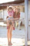 Mère et fille jouant ensemble dans le village pendant l'été Image libre de droits