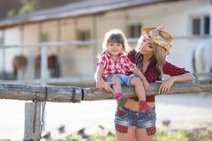 Mère et fille jouant ensemble dans le village pendant l'été Photos stock