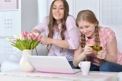 Mère et fille jouant le jeu d'ordinateur Photographie stock libre de droits