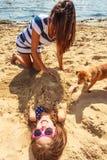 Mère et fille jouant sur la plage images libres de droits