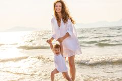 Mère et fille jouant sur la plage de mer en Grèce photographie stock libre de droits