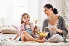 Mère et fille mangeant de la salade Image libre de droits