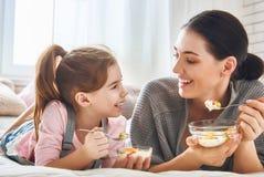 Mère et fille mangeant de la salade Images stock