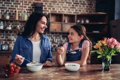 Mère et fille mangeant des flocons d'avoine photo libre de droits