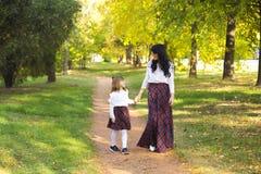Mère et fille marchant en parc et appréciant le beautif Photographie stock
