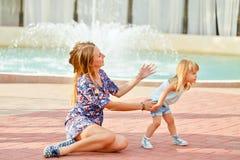 Mère et fille marchant en parc de ville Image libre de droits