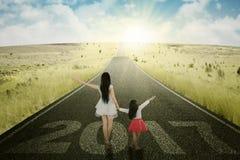 Mère et fille marchant sur la route Photographie stock libre de droits