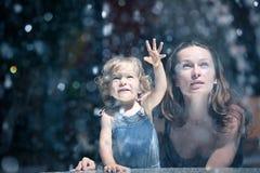 Mère et fille par la fontaine images stock