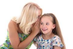 Mère et fille partageant le bavardage d'isolement sur le blanc Photos libres de droits