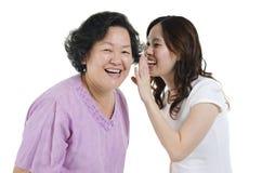Mère et fille partageant le secret Images libres de droits