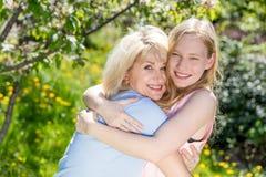 Mère et fille passant le temps ensemble dans un jardin d'été Photo stock