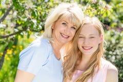 Mère et fille passant le temps ensemble dans un jardin d'été Photo libre de droits