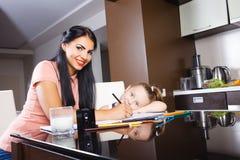 Mère et fille peignant ensemble images libres de droits